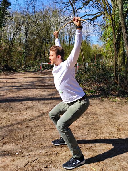 mymedAQ Magazin: Fitness-Übung Überkopfkniebeuge mit Jan Hayduk